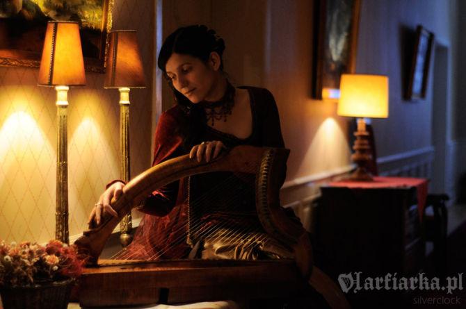 harfa na stole, harfiarka zerka