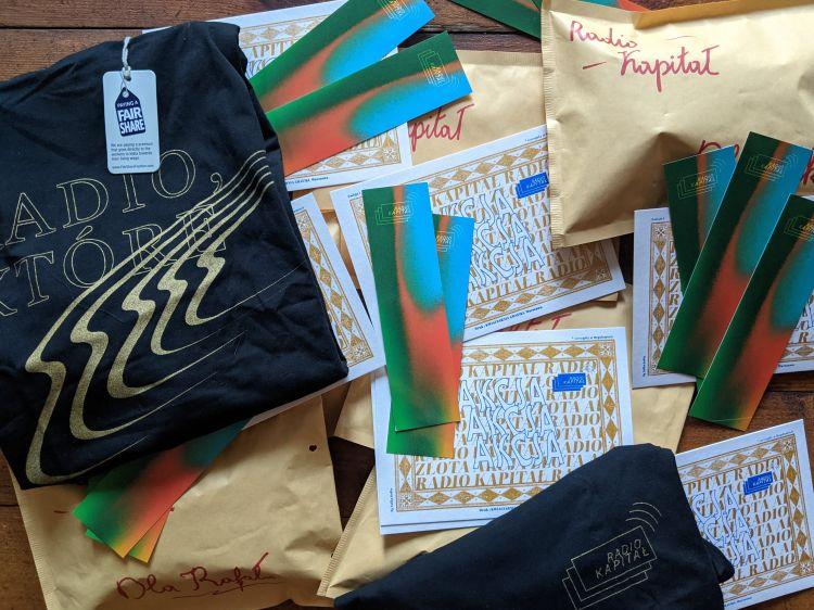 czarna koszulka, złota akcja, zakładka do książki – nagrody Patronite