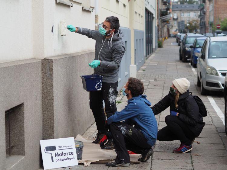 Krzysiek, Ania i Robert malują ściany na Inżynierskiej w ramach akcji #StopBazgrołom