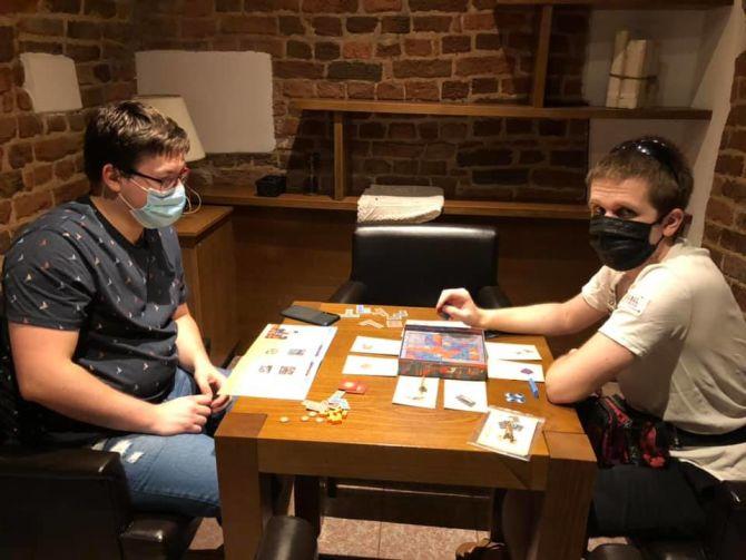 Spotkanie przy grach, stolik