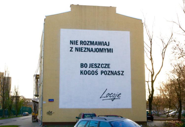 Nie rozmawiaj z nieznajomymi - mural Loesje na Targówku