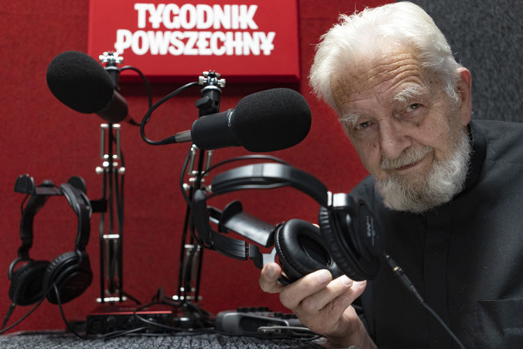 Ks. Adam Boniecki, redaktor senior Tygodnika Powszechnego, w nowym studiu Podkastu Powszechnego. Fot. Grażyna Makara